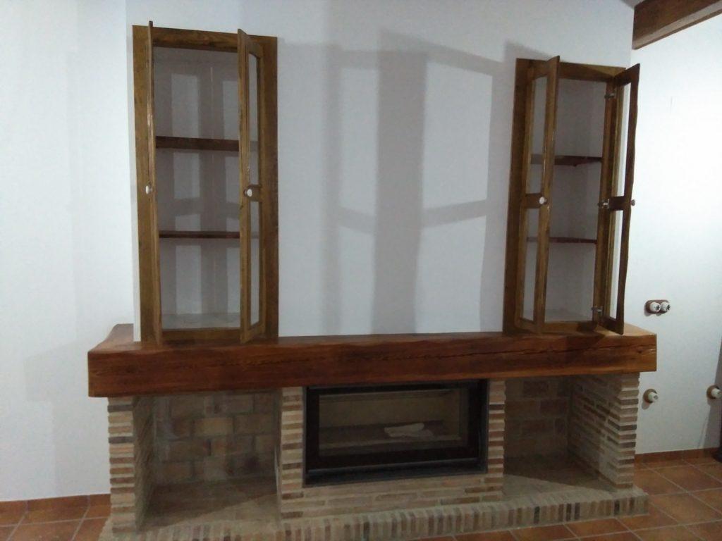 Chimenea de mobila vieja con alacena y puertas acristaladas y viga decorativa