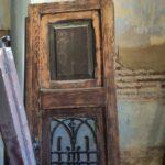 Restauración puerta exterior de vivienda en mobila vieja 07