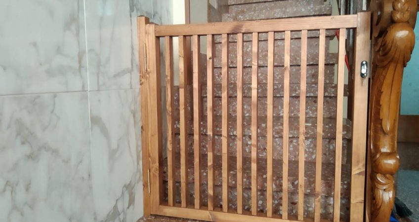 Barrera de seguridad de madera para escalera
