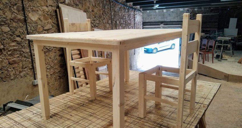 Sillas y mesa de madera maciza a medida